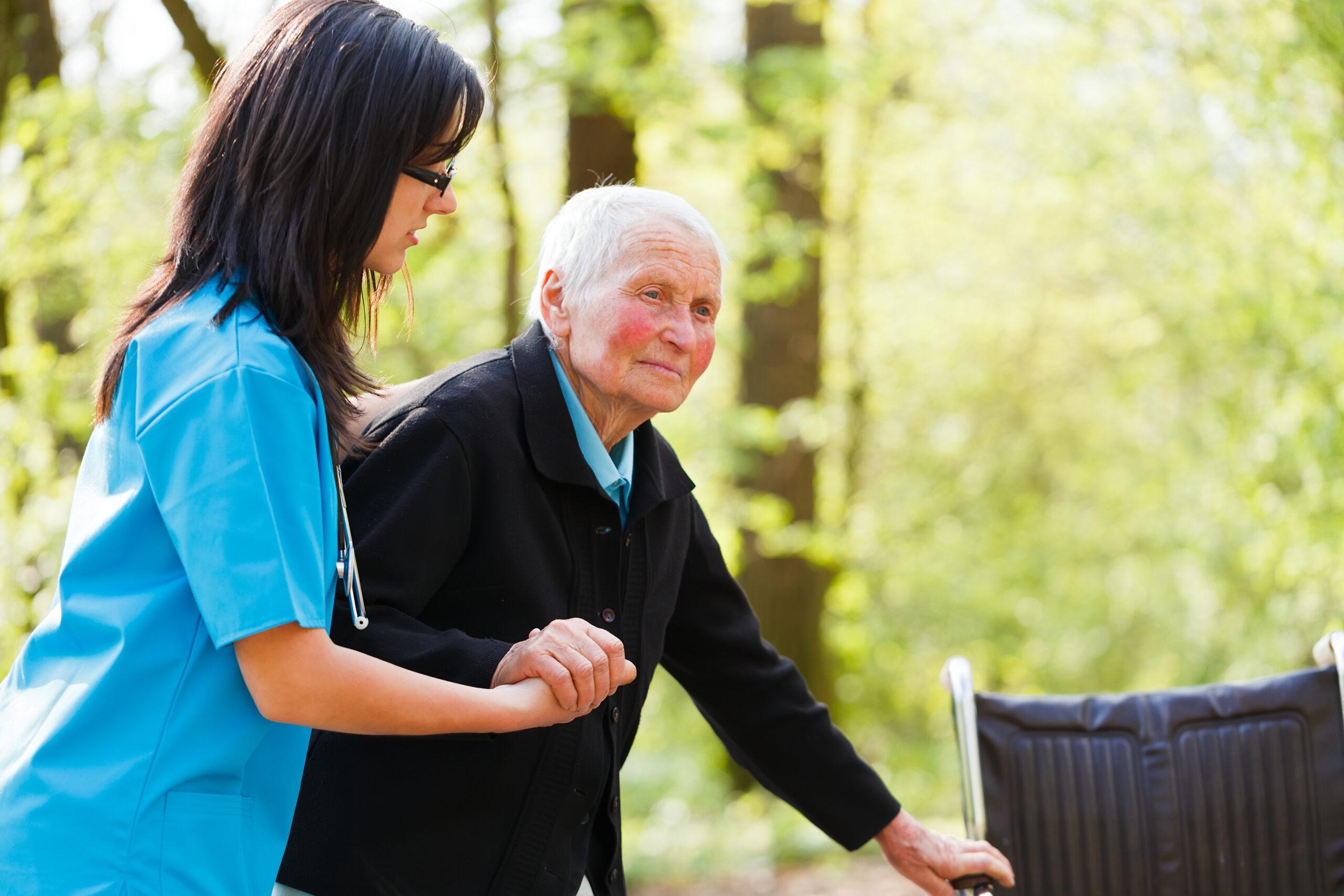 aide soignant et senior